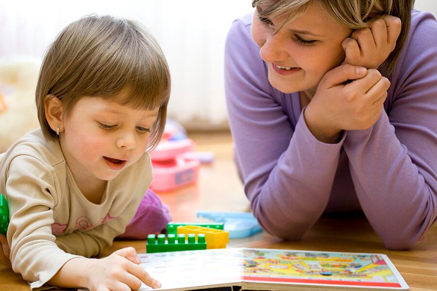 Barnehagetante leker med et barn
